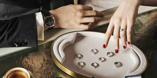 True to its tradition as the Jeweller of Emotions, the Maison offers a service dedicated to couples, giving them the opportunity to compose a unique engagement ring to crown their love.
